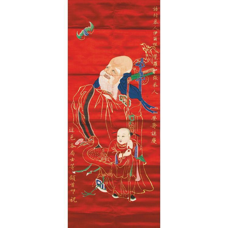 GRANDE ET AMUSANTE PEINTURE VERTICALE en polychromie et rehauts de dorure imitant la broderie sur satin de soie rouge, de forme rect...