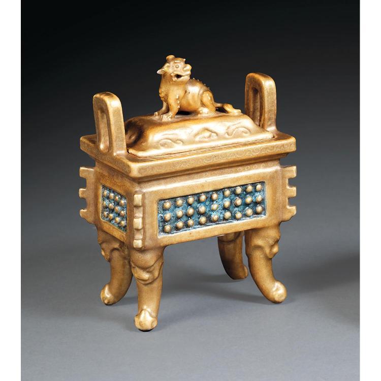 PETIT BRÛLE-PARFUM COUVERT FANGDING en porcelaine et couverte capucin rehaussée d''or, monté sur quatre pieds zoomorphes, à panse qua...