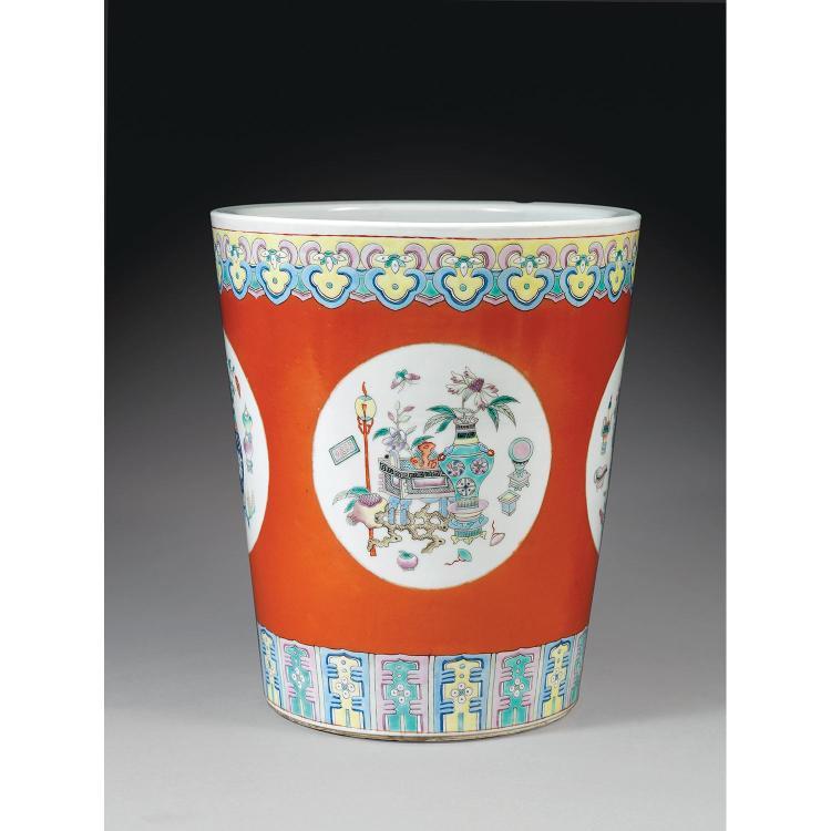 POT À FLEURS en porcelaine et émaux polychromes dans le style de la famille rose, la panse fuselée, à décor d''objets anciens et vase...