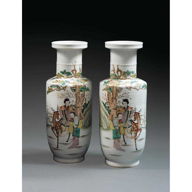 PAIRE DE VASES MAILLETS en porcelaine et émaux polychromes dans le style de la famille rose, montés sur un petit pied, à panse cylin...