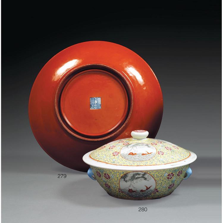 PLAT en porcelaine et couverte corail à l''imitation de la laque, monté sur un petit talon, le contour circulaire et la paroi évasée ...