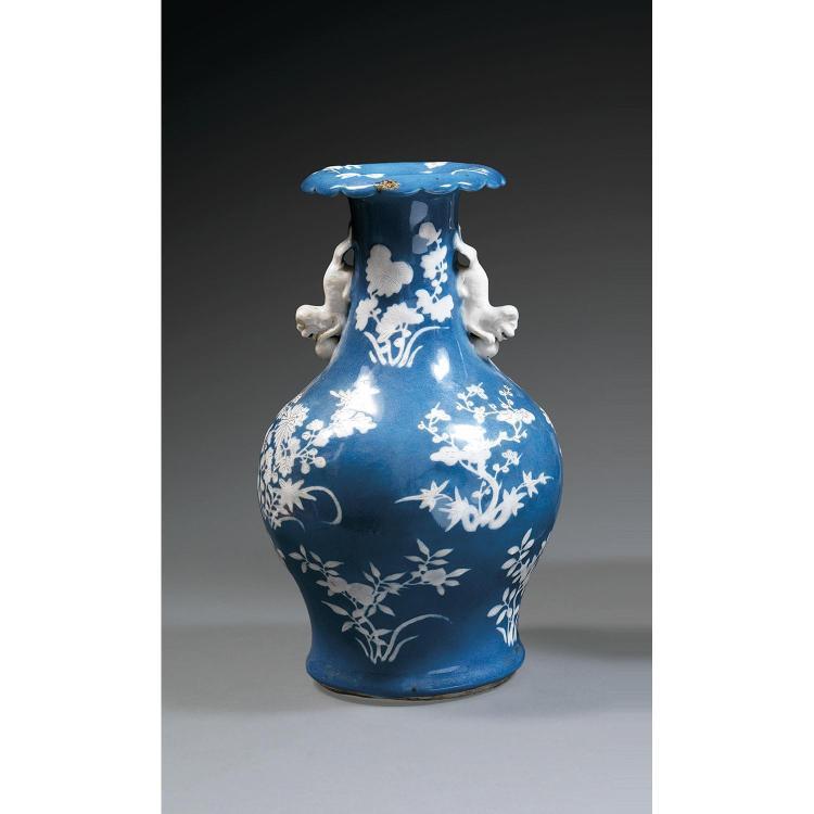 VASE BOUTEILLE en porcelaine et couverte bleue, à base cintrée, haute épaule renflée accostée de prises en forme de lions bouddhique...