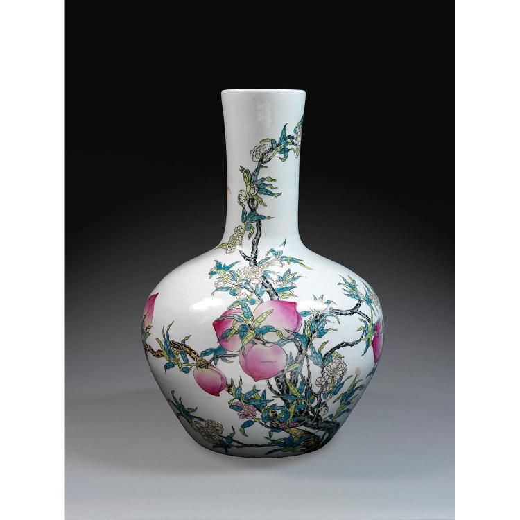 GRAND VASE TIANQIUPING en porcelaine et émaux polychromes dans le style de la famille rose, à panse globulaire et long col cylindriq...