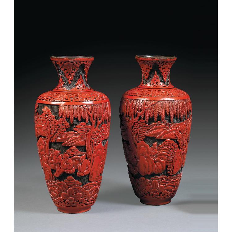 PAIRE DE VASES RADIS en laque rouge et noire sur métal, montés sur une base cintrée, à décor sculpté de scènes animées de sages et d...