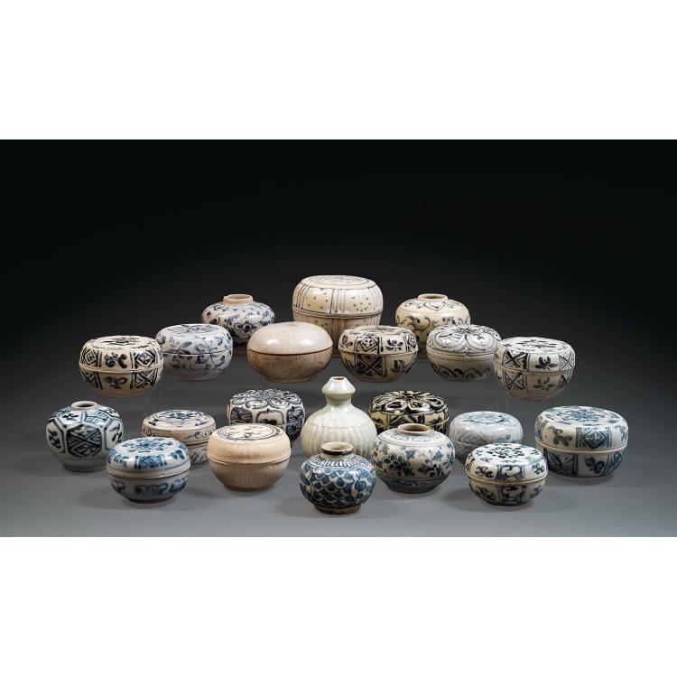 UNE ANCIENNE COLLECTION DE VINGT-ET-UNE CÉRAMIQUES certaines provenant d''anciennes fouilles subaquatiques, en grès porcelaineux et b...