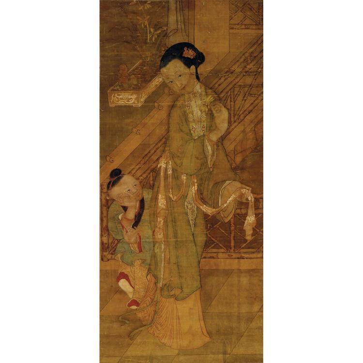 GRANDE PEINTURE VERTICALE EN ROULEAU à l''encre et polychromie sur soie, représentant une femme en pied accompagnée d''un enfant. Cach...