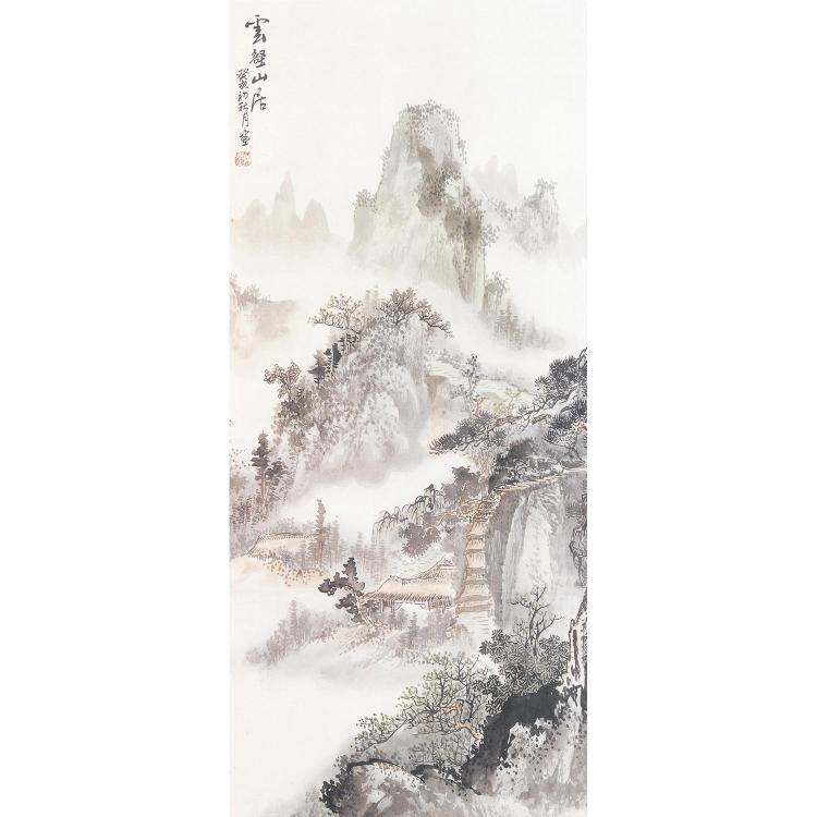 PEINTURE VERTICALE à l''encre et couleurs légères sur soie, à décor d''un paysage de montagne construit de pavillons. Calligraphie et ...