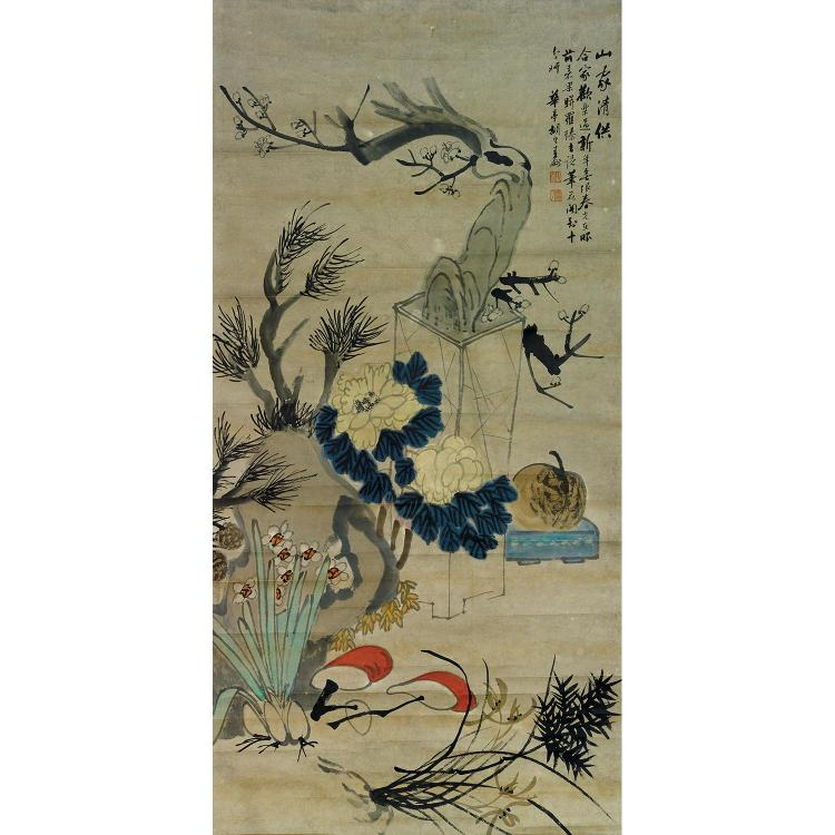 GRANDE PEINTURE VERTICALE EN ROULEAU D''APRÈS HU GONGSHOU à l''encre et polychromie sur papier, représentant une nature morte à la jar...