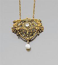 BEAUMONT Années 1880 Pendentif chimères Il est constitué d'un pendentif ornement à décor de chimères, guirlandes et fleuretttes en o...