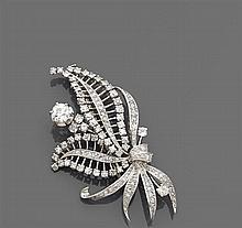 Années 1950 Clip bouquet de feuillages entièrement rehaussé de diamants taille brillant. Un diamant taille brillant (TA) plus import...