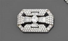 Années 1930 Broche plaque diamants Elle est de forme rectangulaire à pans coupés rehaussée d'un diamant taille brillant (TA) princip...