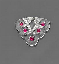 Années 1930 Grand clip cristal de roche Il est de forme triangulaire polylobé. Au centre quatre grandes volutes serties de diamants ...
