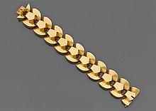 Années 1935 Bracelet ruban en or jaune 18K à maillons en éventail. Travail français. Poids brut : 85 gr. Dimensions : 18,6 x 2,4 cm ...