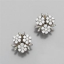 Paire de clips d'oreilles en forme de bouquet de fleurettes pavées de diamants taille brillant. Monture en or gris 18K. Poids brut :...