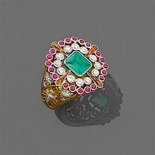 Années 1930 Rare anneau épiscopal La bague en forme de grande chevalière à plateau porte au centre une émeraude rectangulaire en ser...