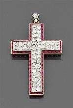 Pendentif croix en or jaune 18K entièrement pavé de diamants taille brillant dans un entourage de rubis calibrés. Poids brut : 6 gr....