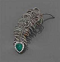 Années 1890 Broche trembleuse plume Elle est composée dÅfune émeraude cabochon poire dans un entourage de diamants taille brillant (...