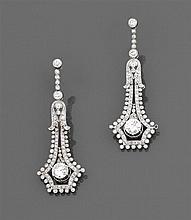 Années 1930 Paire de pendants d'oreilles diamants Ils sont en forme de lambrequin rehaussé d'un diamant taille brillant principal en...