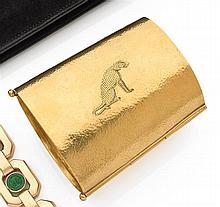 Jean DUNAND Années 1925 Rare bracelet manchette en or jaune 18K finement martelé. Il porte gravé un grand léopard au repos. Travail ...