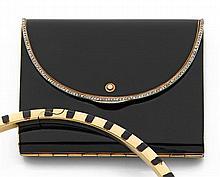 époque art déco Boîte de beauté laque Elle est en forme de pochette stylisée en or jaune laqué noir. Fine bordure de petits diamants...