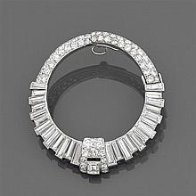 Années 1935 Clip diamants Il est de forme ronde entièrement rehaussé de diamants taille brillant et baguette