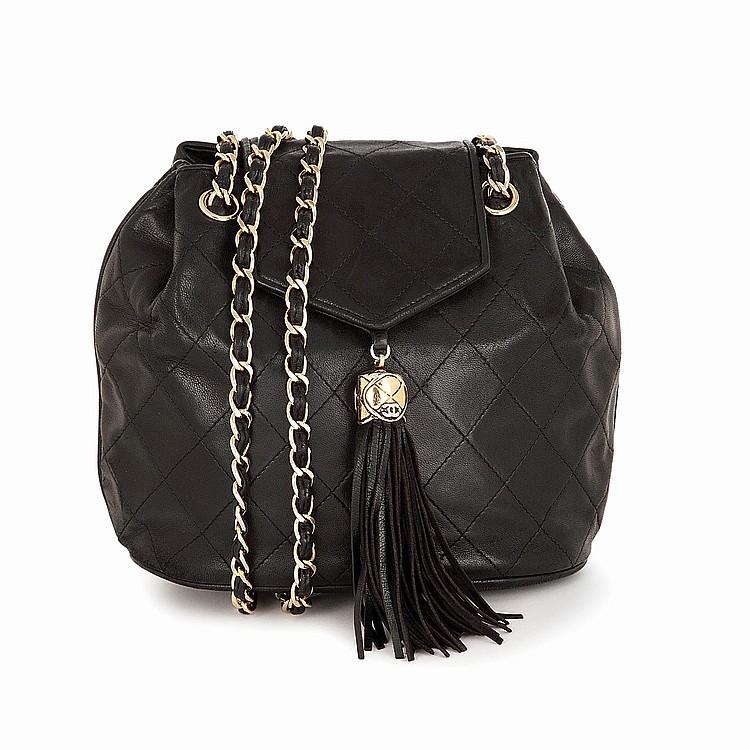 CHANEL Sac bourse Chanel en cuir d''agneau noir matelassé