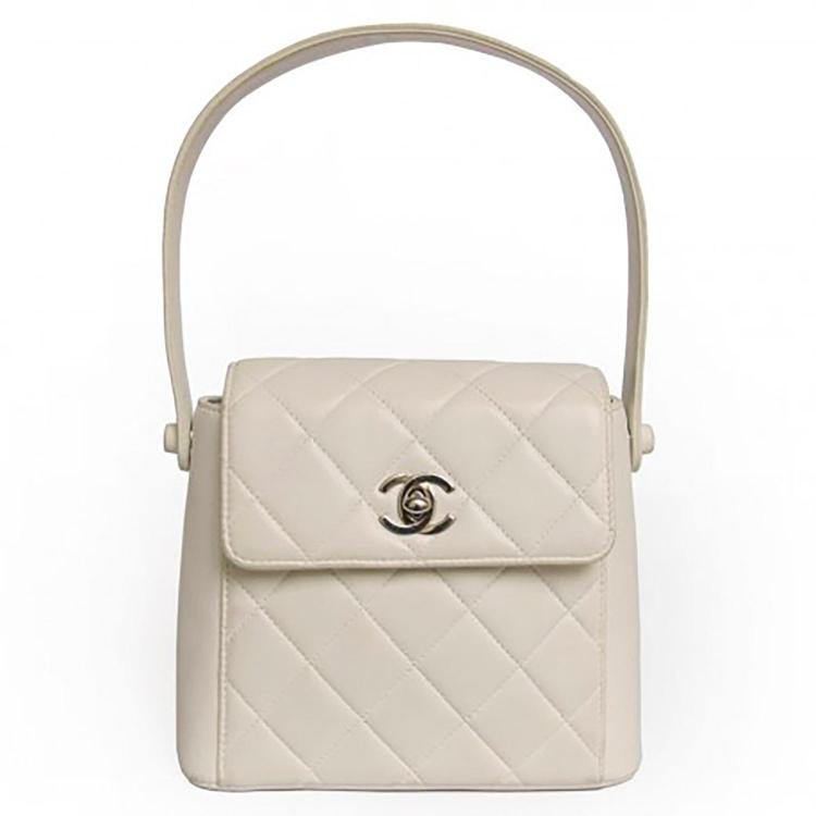 CHANEL Sac à main Chanel petit modèle en cuir d''agneau matelassé blanc