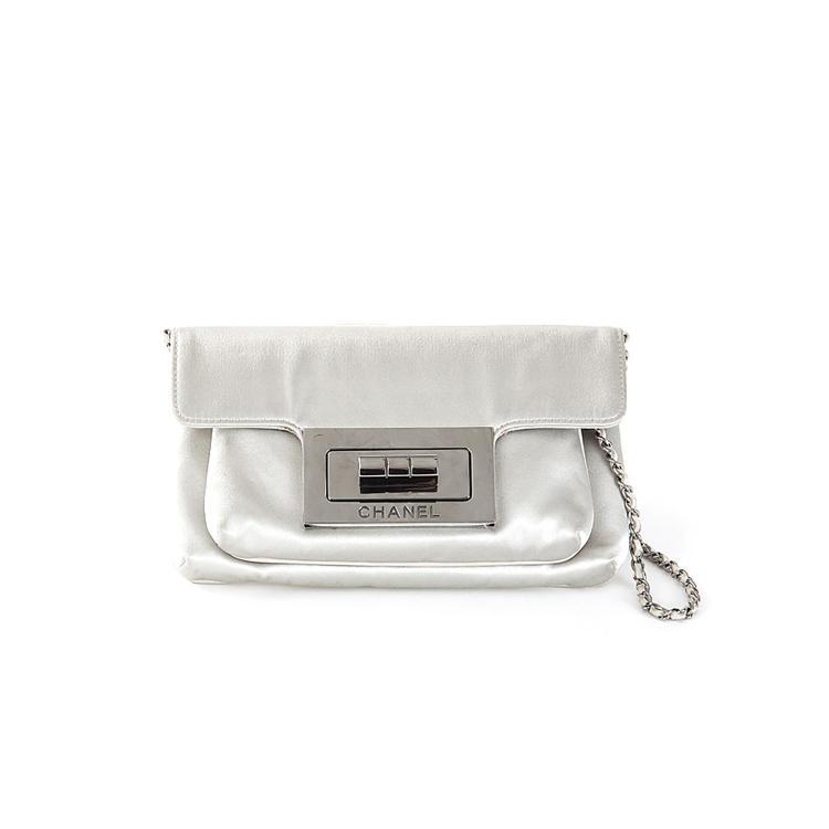 CHANEL Sac pochette Chanel en satin de soie Duchesse gris perle
