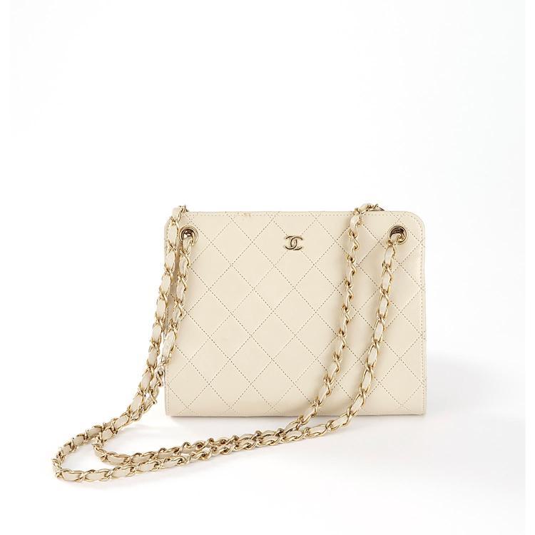 CHANEL Sac pochette Chanel en cuir beige à motif matelassé