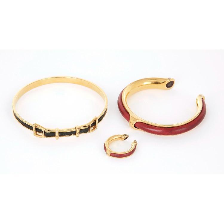 HERMÈS Bracelet Hermès en métal doré et lezard vert foncé figurant des étriers