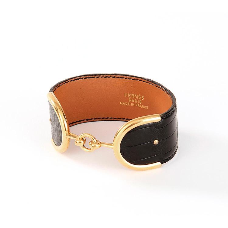 HERMÈS Bracelet Hermès en cuir noir & fermoir étrier métal plaqué or
