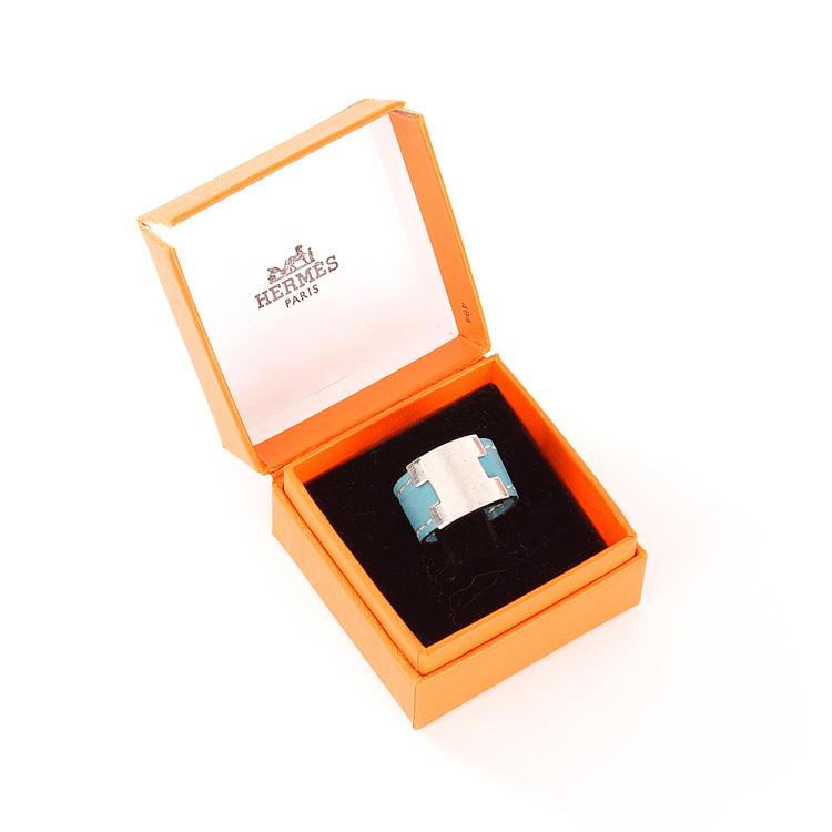 HERMÈS Bague jonc en cuir Box bleu ciel et boucle palladium réglable