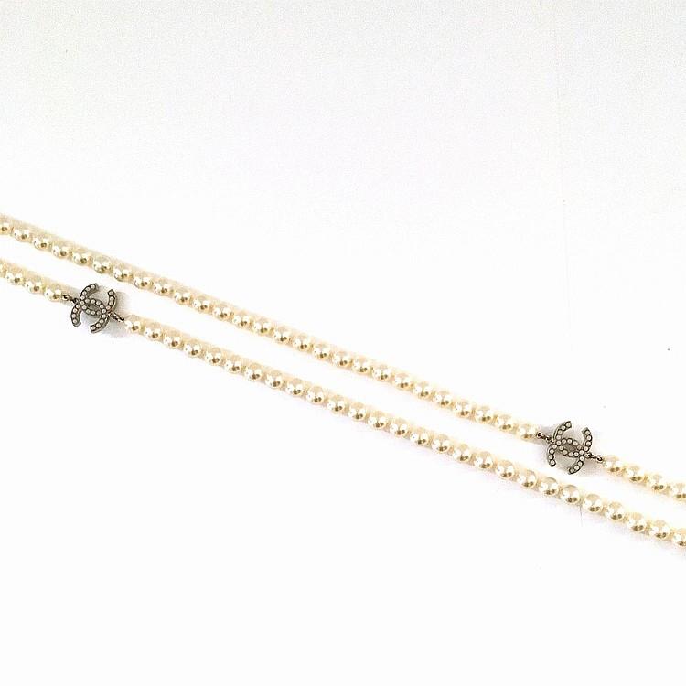 CHANEL Sautoir long Chanel en perles de verre blanches nacrées
