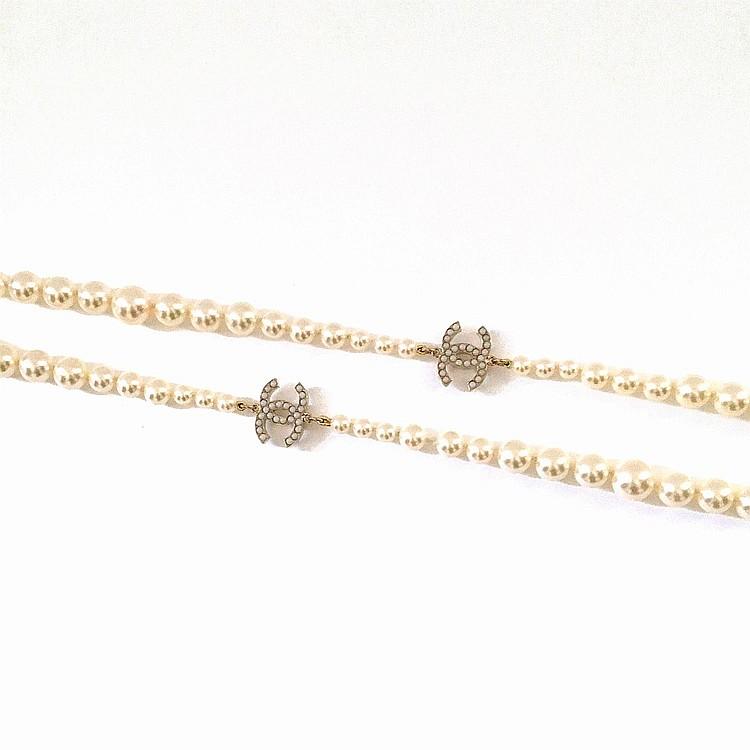 CHANEL Sautoir court Chanel en perles de verre blanches nacrées