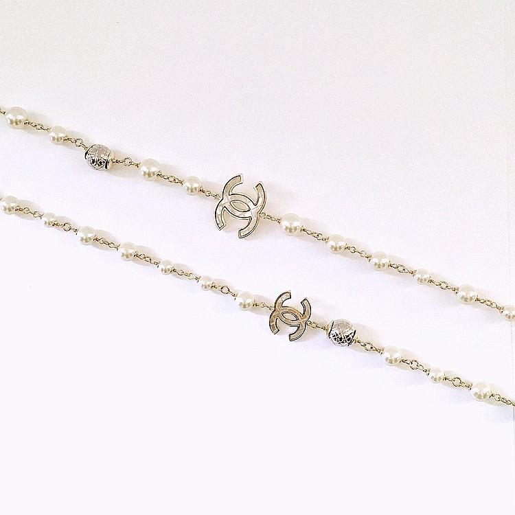 CHANEL Sautoir Chanel en métal argenté, perles de verre blanches nacrées & argentées
