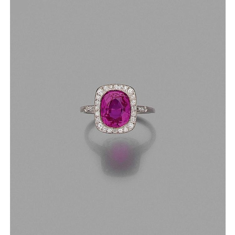 A 4,01 carats pink ruby, diamond and platinum ring.