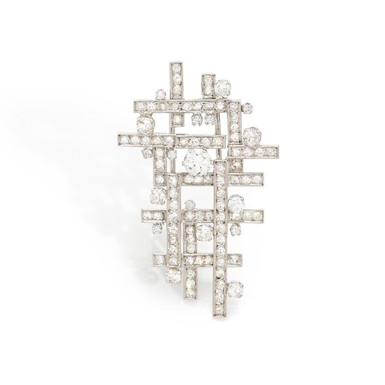 ANNEES 1960 CLIP CROISILLONS Il est constitué d'une résille de lignes de diamants taille brillant entrelacées. Monture en or gris 18K.