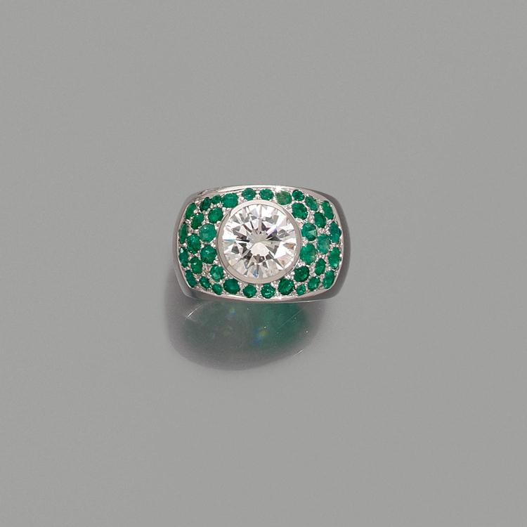 A 3,83 carats diamond, emerald and gold ring.
