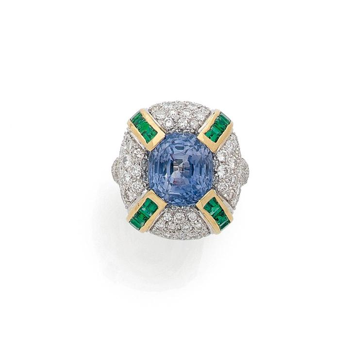 A 12,60 carats sapphire, emerald, diamond and gold ring.