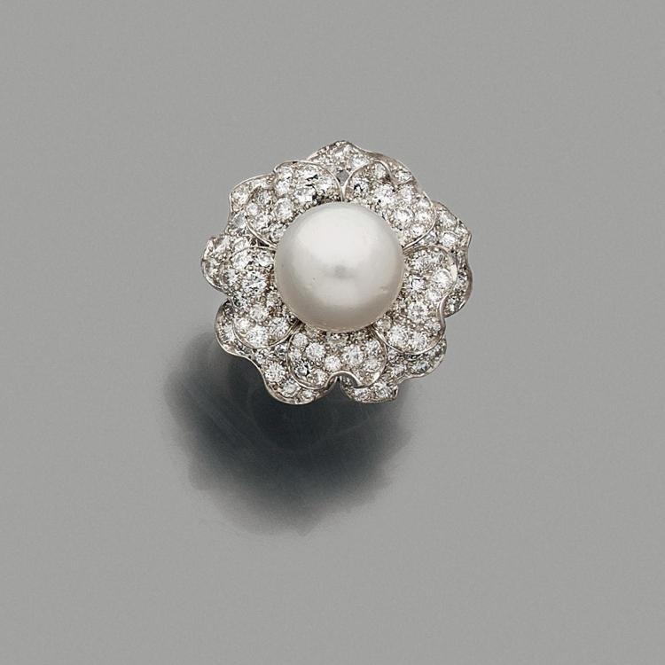 VAN CLEEF & ARPELS ANNEES 1980 A cultured pearl, diamond and platinum ring by VAN CLEEF & ARPELS, circa 1980.