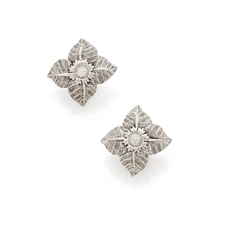 "BUCCELLATI ANNEES 1980 PAIRE DE CLIPS D'OREILLES ""FLEUR"" A diamond and gold ear clips by BUCCELLATI, circa 1980."
