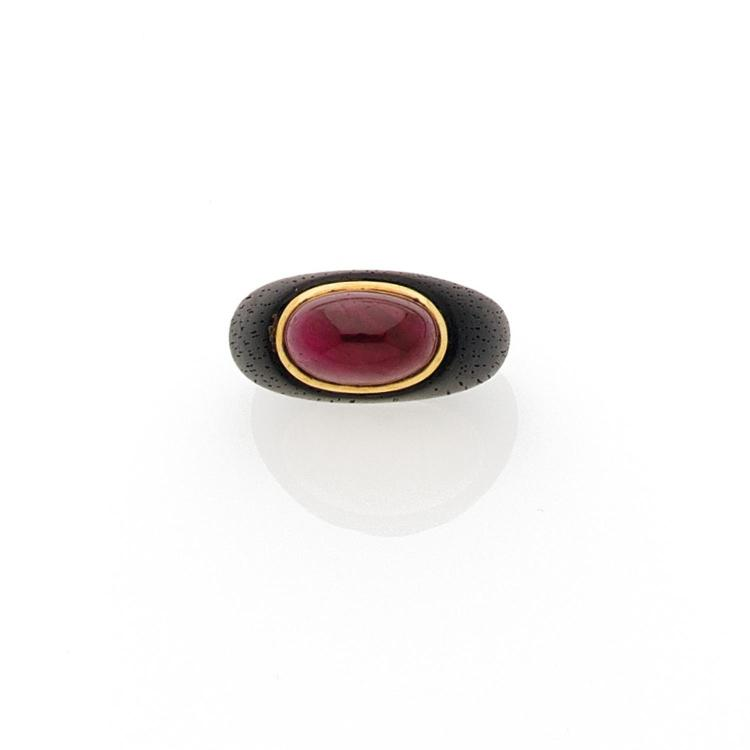 RENE BOIVIN ANNEES 1970 A ruby, ebony and gold ring by RENE BOIVIN, circa 1970.