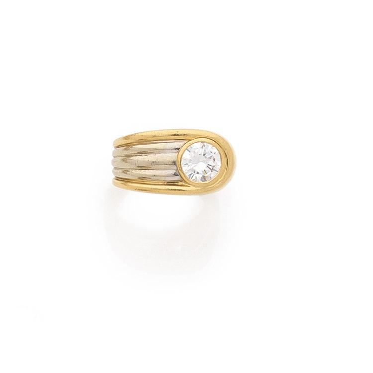 BAGUE ASYMETRIQUE DIAMANT A diamond and gold ring.