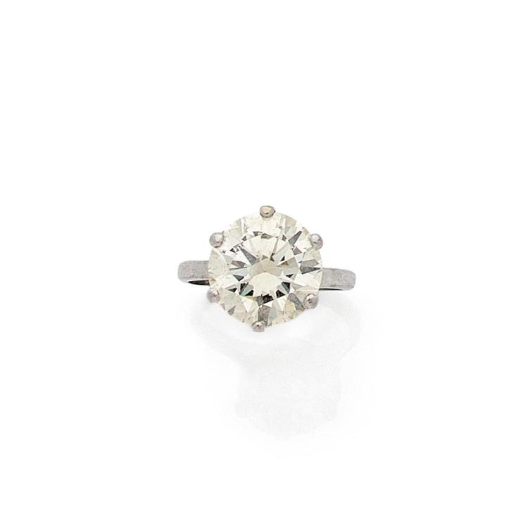 A 4,15 carats diamond and platinum ring.