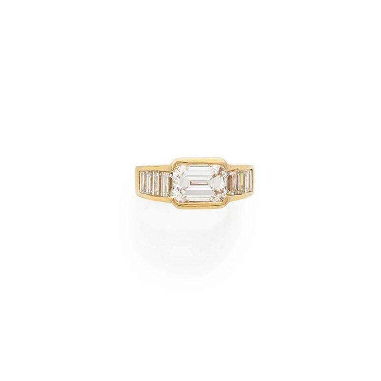 A 3,02 carats diamond and gold ring.