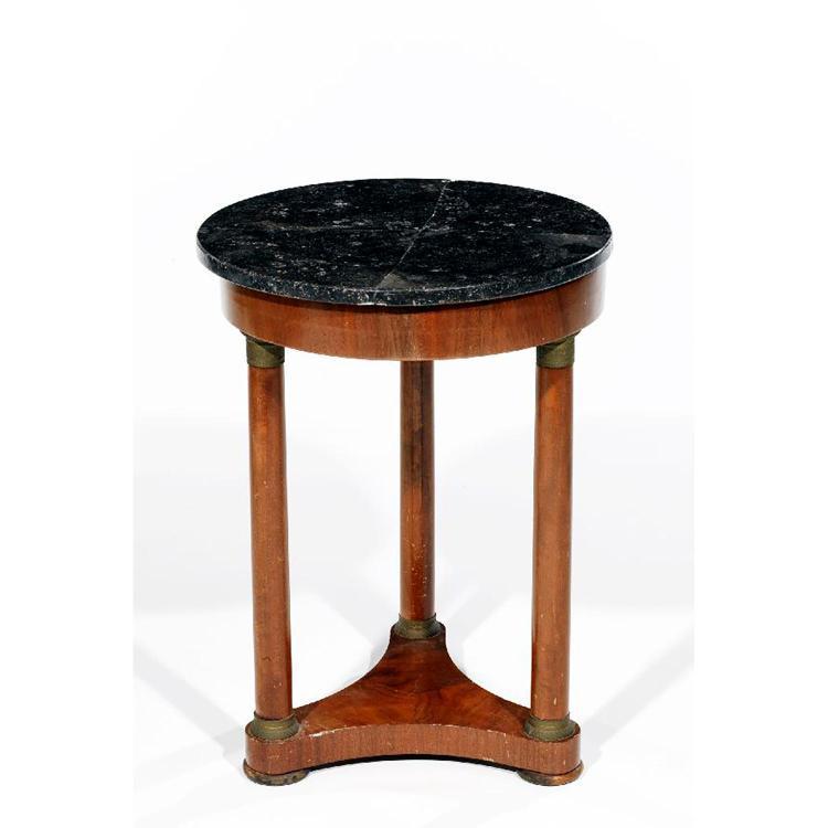 gueridon en bois de placage il repose sur un pi tement form. Black Bedroom Furniture Sets. Home Design Ideas