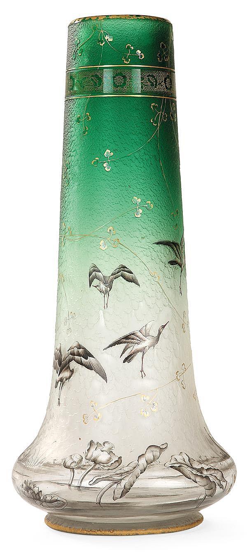 DAUM NANCY Spectaculaire vase balustre en verre translucide teinté vert à la partie supérieure, décor gravé à l'acide, sur fond givr...