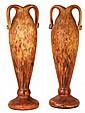 Delatte Nancy Paire de vases fuselés sur large base circulaire en verre doublé translucide satiné sur fond jaspé rose, brun et jaune...