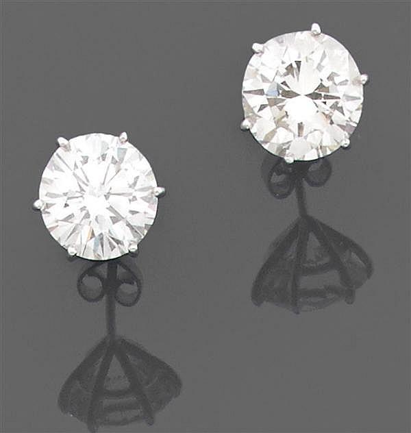 Importante paire de motifs d'oreilles Ils sont ornés chacun d'un important diamant taille brillant en chaton à griffes. Monture en o...