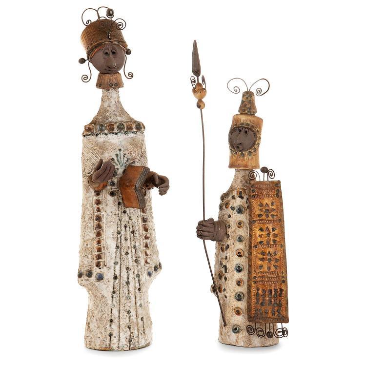 RAPHAËL GIAROUSSU (XXe) Deux sculptures anthropomorphes en terre chamottée, représentant un lettré et un soldat, vêtements estampé...